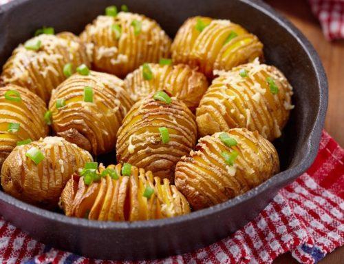 """Bulvių """"armonikėlės"""" su žalumynais, česnaku"""
